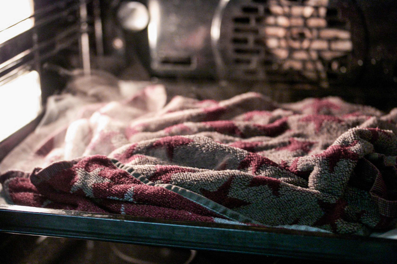 Marroni im Ofen, mit nassem Tuch zugedeckt