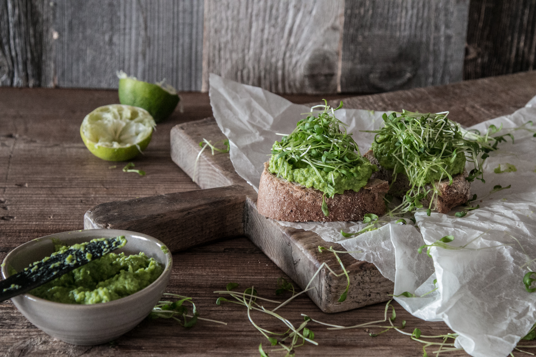 Erbsenpüree auf Brot Rezept