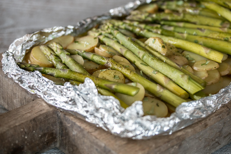 Spargeln mit Kartoffeln aus dem Ofen