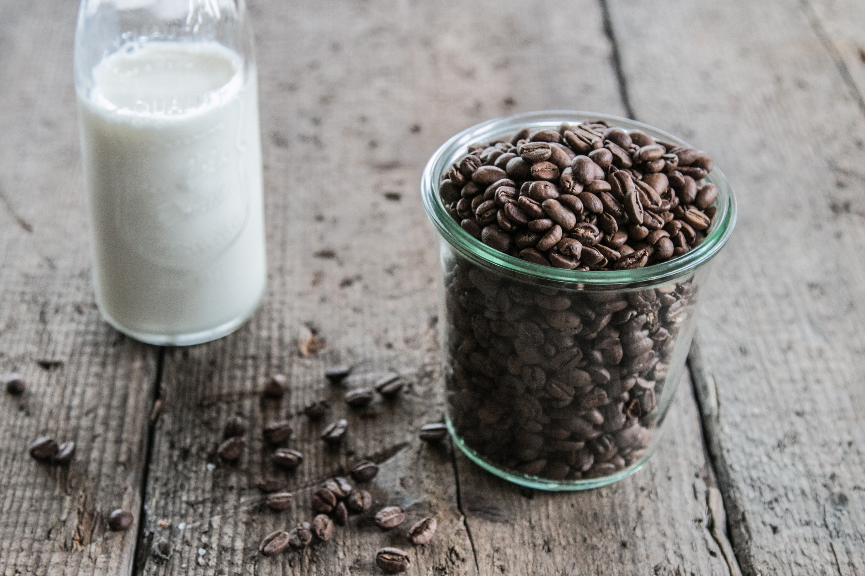 Frische Kaffeebohnen und Milch