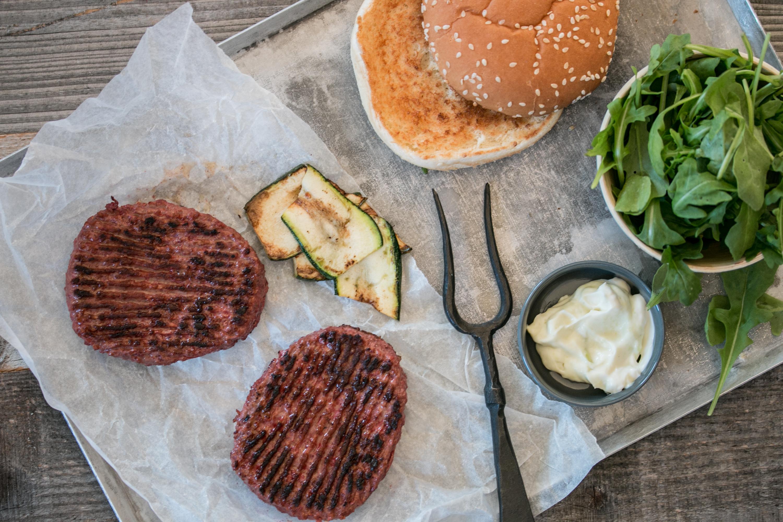 Beetroot Burger von Bell mit Zucchetti, Rucola und Wasabi Mayo