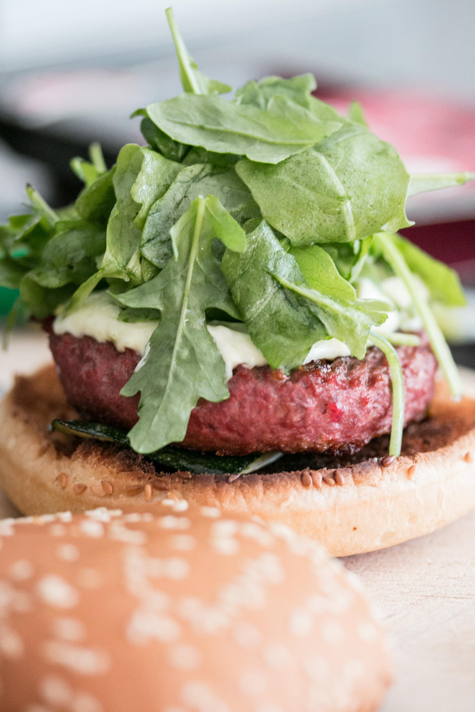 Burger mit Randen und Rindfleisch, Wasabi Mayo und Rucola