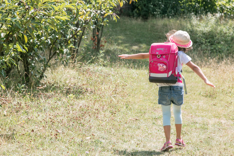 Schulkind auf dem Schulweg