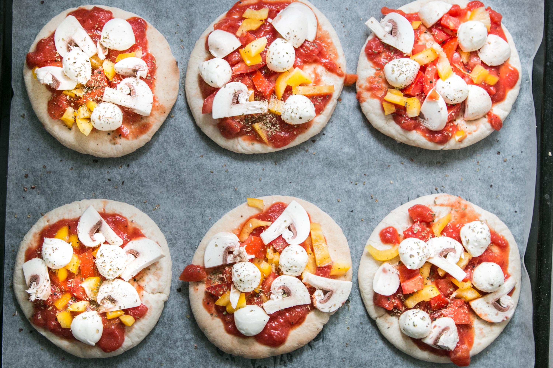 Einfaches Alltagsrezept Mini Pita Pizza LouMalou.ch