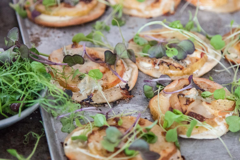 Flammkuchen mit Apfel und Gorgonzola - schnell und würzig